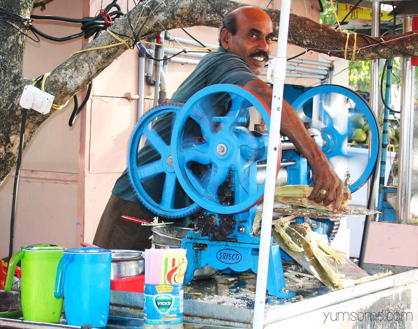 Sugarcane juice seller in Fort Kochi, India | yumsome.com