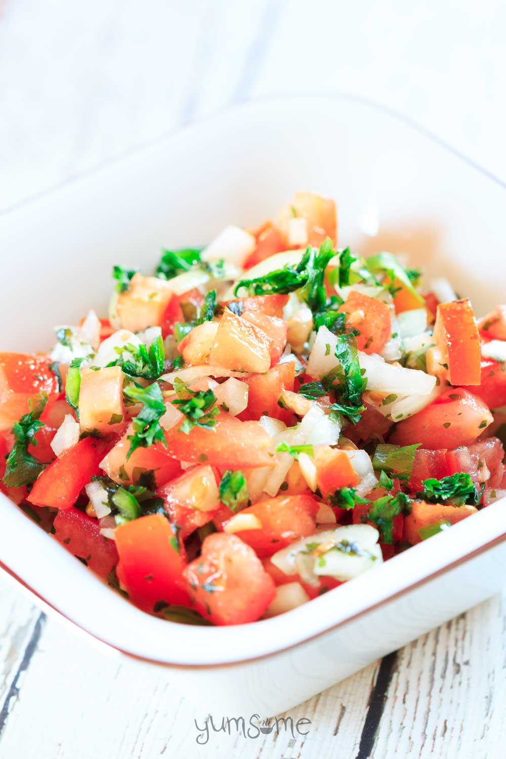 This refreshingly simple pico de gallo perfectly balances the sweetness of tomatoes and onions with the heat of chilli, and the sharpness of lime. | yumsome.com